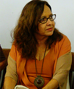 Foto de Inesita Araujo, sentada e olhando para a direita