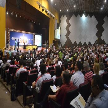 Foto da abertura da 15ª Conferência Nacional de Saúde, com panorama do palco com a mesa de abertura e plateia com participantes