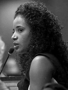 Foto de perfil de Michely Ribeiro, falando ao microfone