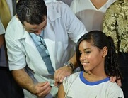 Foto de menina sendo vacinada