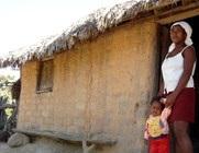 Mulher com criança pequena em comunidade, representando camponeses, agricultores familiares, trabalhadores rurais, quilombos, entre outros