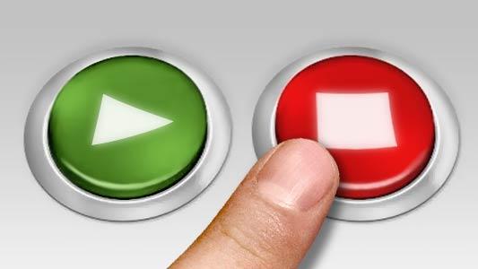 Detalhe de dedo apertando botão vermelho com uma caveira, indicando uma escolha