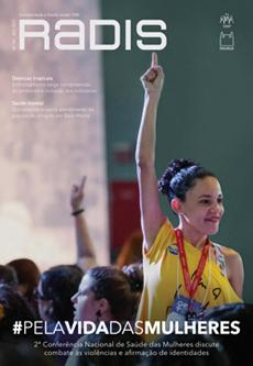 Capa da revista Radis, com o nome da publicação e uma foto de uma mulher jovem com a mão direita para cima, em momento de votação